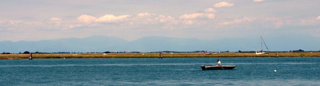 barca in laguna